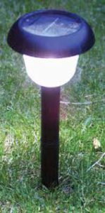 چراغ خورشیدی داخل حیاط